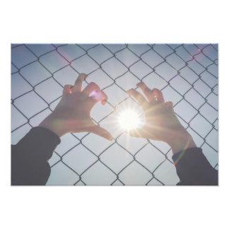 Foto Mãos do refugiado na cerca