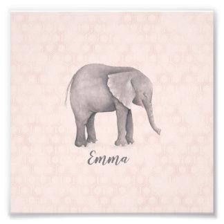 Foto Menina do elefante com fundo geométrico
