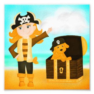 Foto Menina do pirata e seu filhote de cachorro dourado