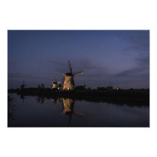 Foto Moinho de vento iluminado na hora azul