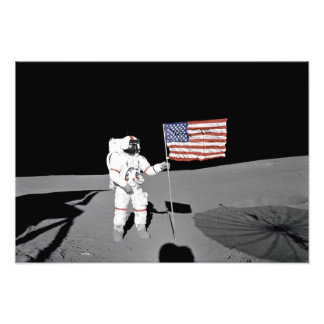 Foto O astronauta está pela bandeira dos E.U. na lua