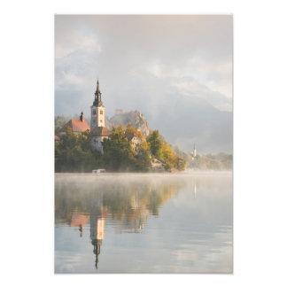 Foto O lago nevoento do nascer do sol sangrou o