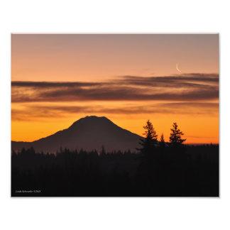 Foto O Monte Rainier e a lua crescente