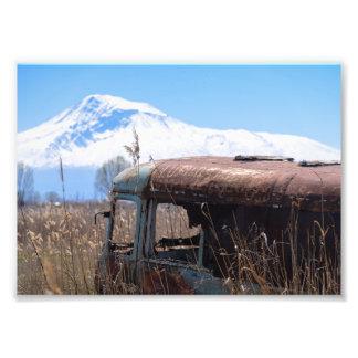 Foto Ônibus velho e oxidado com o Monte Ararat