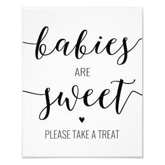 Foto Os bebês são doces tomam um sinal do chá de