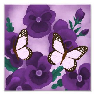 Foto Pansies e borboletas roxos