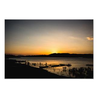 Foto Por do sol em um lago com um molhe no primeiro