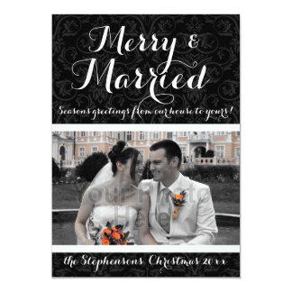 Foto preta/branca alegre e casada do feriado do convites