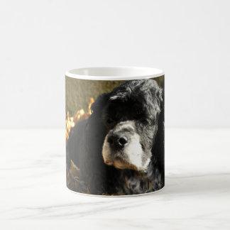 Foto preto e branco de cocker spaniel caneca de café