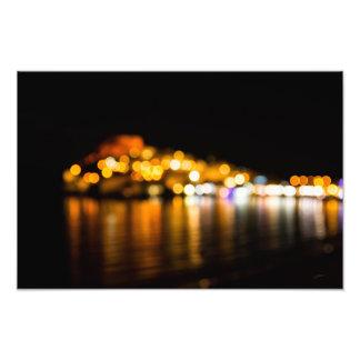 Foto Skyline Defocused da noite de uma cidade litoral