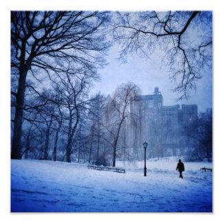 Foto Um homem que anda no Central Park em uma noite do