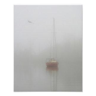 Foto vermelha da névoa da manhã do veleiro impressão de foto