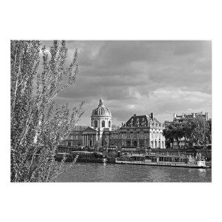 Foto Vista do Louvre dos bancos do Seine