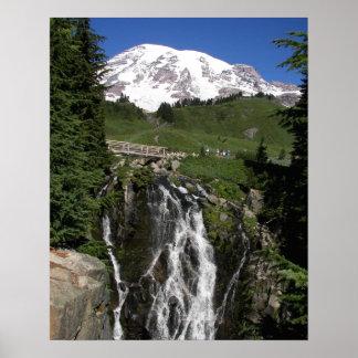 Foto w/Border do Monte Rainier e da cachoeira Poster