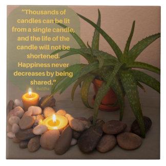 Fotografia da vela e do aloés com citações de