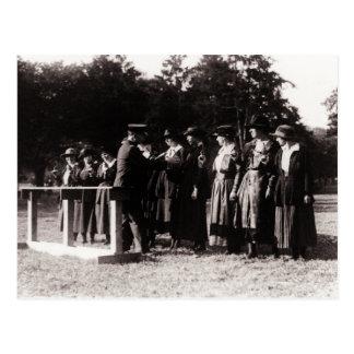 Fotografia do vintage de mulheres da polícia no tr cartão postal