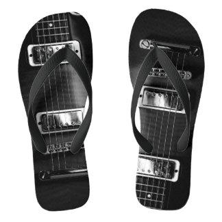 Fotografia monocromática da guitarra em chinelos