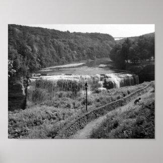 Fotografia preto e branco da cachoeira poster