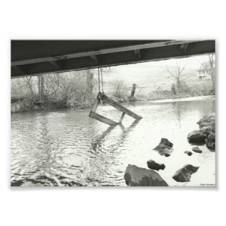 Fotografia preto e branco da porta velha da ponte