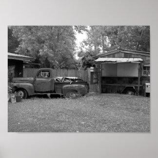 Fotografia preto e branco do camionete velho poster