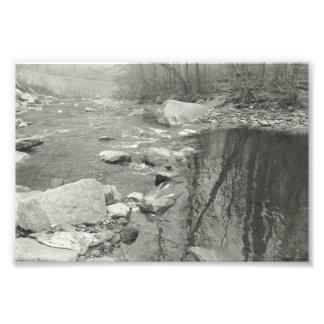 Fotografia preto e branco do córrego calmo da