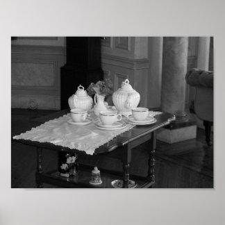 Fotografia preto e branco do grupo de chá do pôster