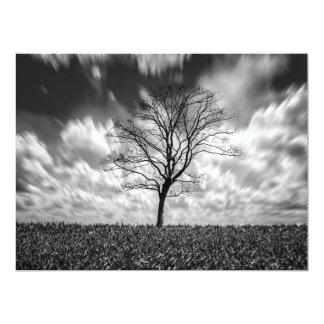 Fotografia preto e branco dos trabalhos de convites personalizado