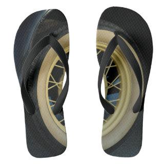 Fotografia velha do pneu em chinelos