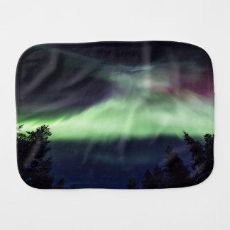 Fralda De Boca Borealis da Aurora em Lapland finlandês