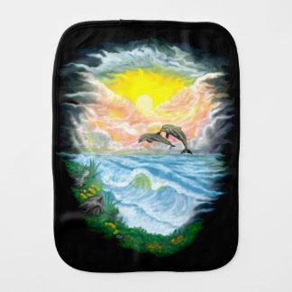 Fralda De Boca Jogando golfinhos na luz do sol