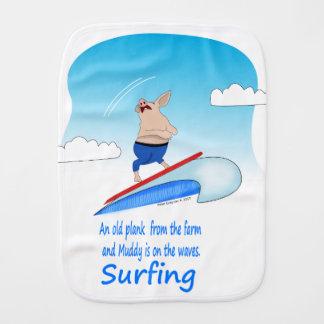 Fralda De Boca Porco enlameado nas ondas