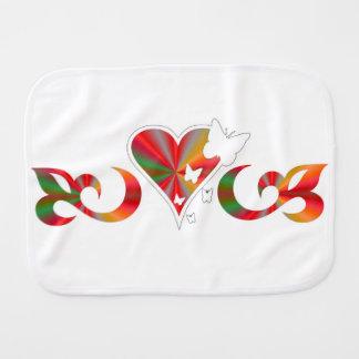 Fraldinha De Boca Borboleta no lírio e no coração do arco-íris