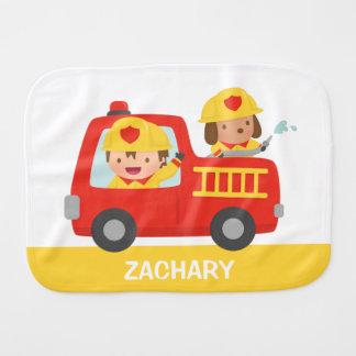 Fraldinha De Boca Carro de bombeiros vermelho com menino e cão do