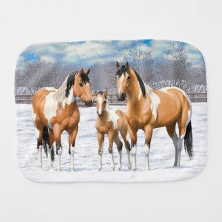 Fraldinha De Boca Cavalos da pintura do Buckskin na neve