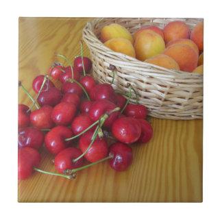 Frutas frescas do verão na mesa de madeira leve