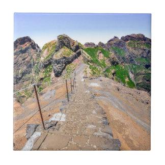 Fuga de caminhada acima nas montanhas em Madeira