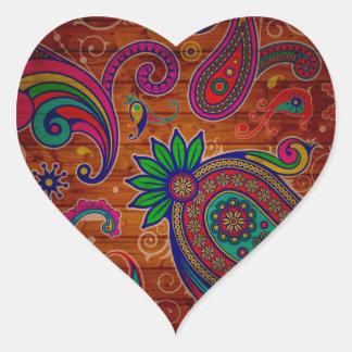 Fundo de madeira colorido floral da textura do adesivo coração