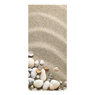 Fundo do Sandy Beach com escudos e pedras 10.16 X 22.86cm Panfleto
