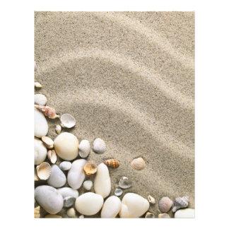 Fundo do Sandy Beach com escudos e pedras Flyer 21.59 X 27.94cm