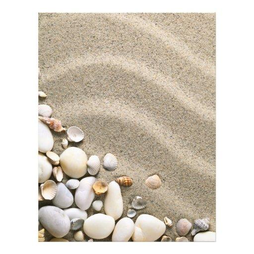 Fundo do Sandy Beach com escudos e pedras Modelo De Panfleto
