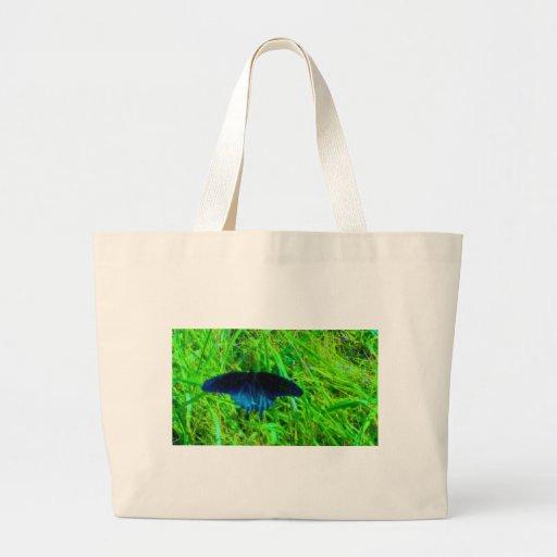 fundo verde-claro da borboleta azul de néon bolsas para compras