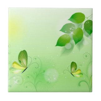 Fundo verde do primavera com borboleta azulejo quadrado pequeno