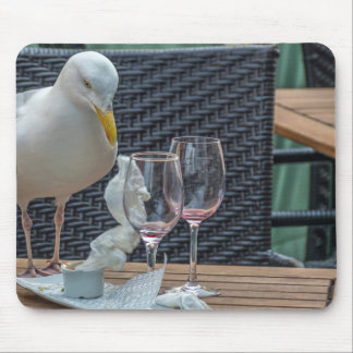 Gaivota e mousepad vazio dos vidros de vinho