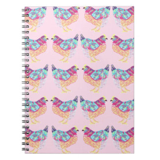 Galinha colorida bonito no caderno cor-de-rosa