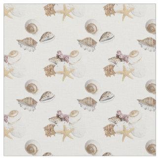 Gallore dos Seashells no tecido branco