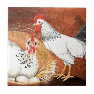 Galo e galinha com os ovos no ninho pintado à mão