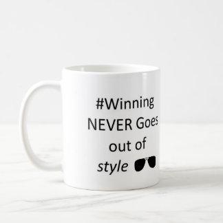Ganhar nunca sai da caneca do estilo