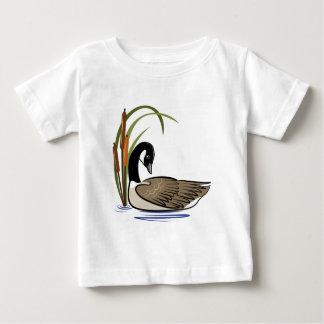 Ganso canadense com cattails. t-shirt