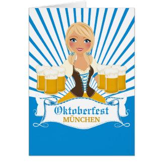Garçonete com o cartão de Oktoberfest da caneca de