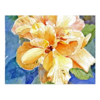Gardenia amarelo gigante no fundo azul cartão postal